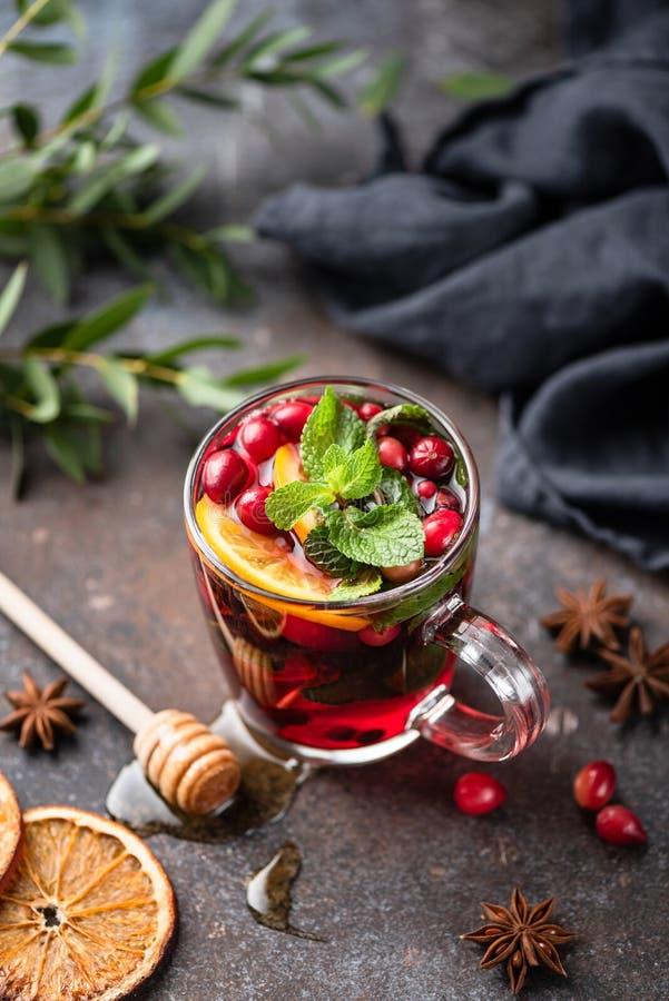 Καυτό πικάντικο θερμαμένο το βακκίνιο τσάι κρασιού ή των βακκίνιων στοκ εικόνες