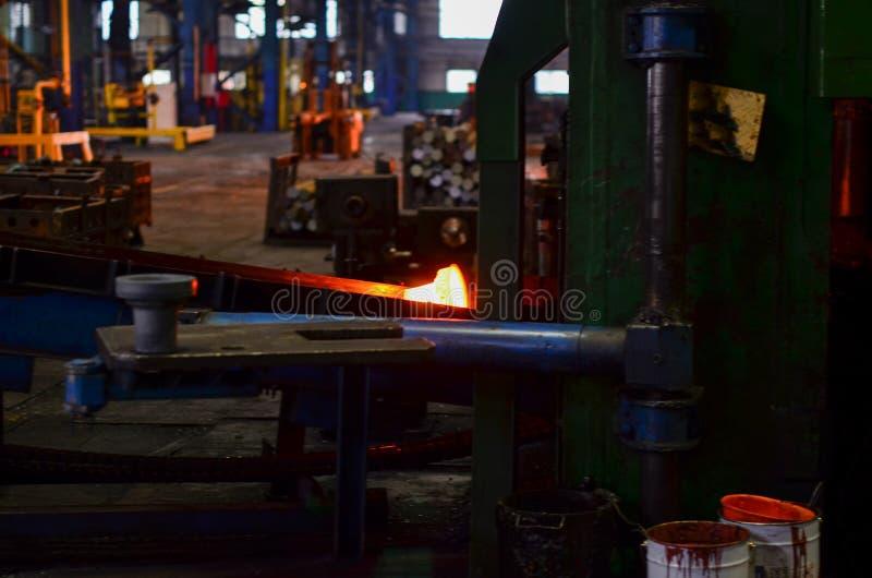 Καυτό προϊόν σφυρηλατημένων κομματιών υψηλής ακρίβειας, αυτοκίνητη παραγωγή μερών με την καυτή διαδικασία σφυρηλατημένων κομματιώ στοκ φωτογραφίες