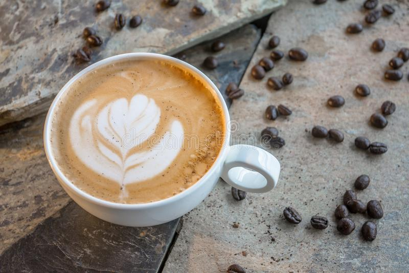 Καυτό ταϊλανδικό τσάι με το γάλα, που εξυπηρετείται σε ένα φλυτζάνι καφέ στοκ φωτογραφίες