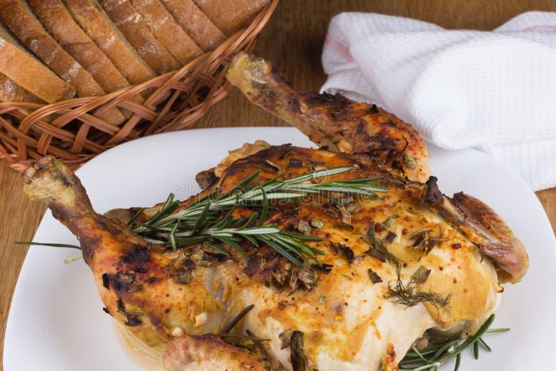 Καυτό τηγανισμένο κοτόπουλο με τα καρυκεύματα στοκ φωτογραφίες