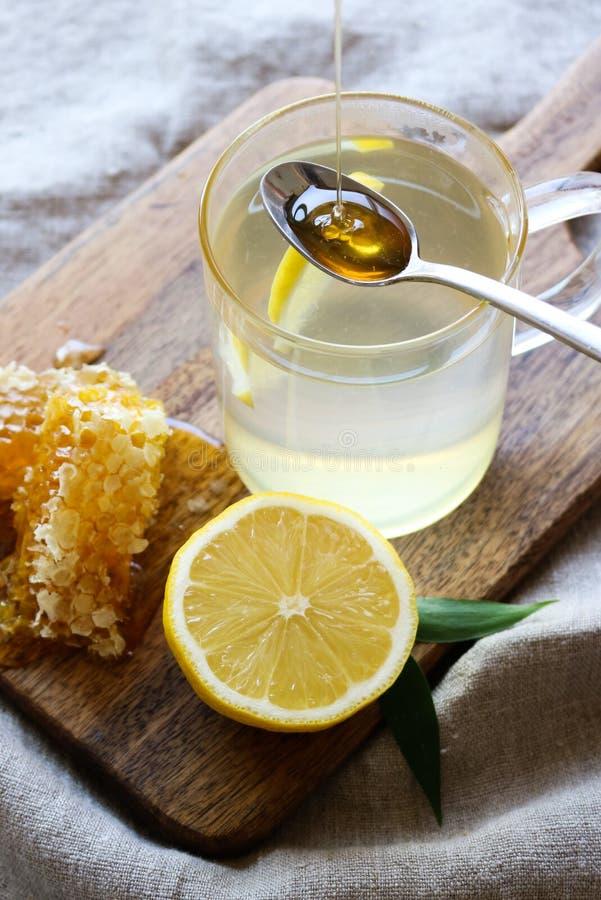 Καυτό τσάι λεμονιών μελιού - η τέλεια κρύα θεραπεία στοκ εικόνες