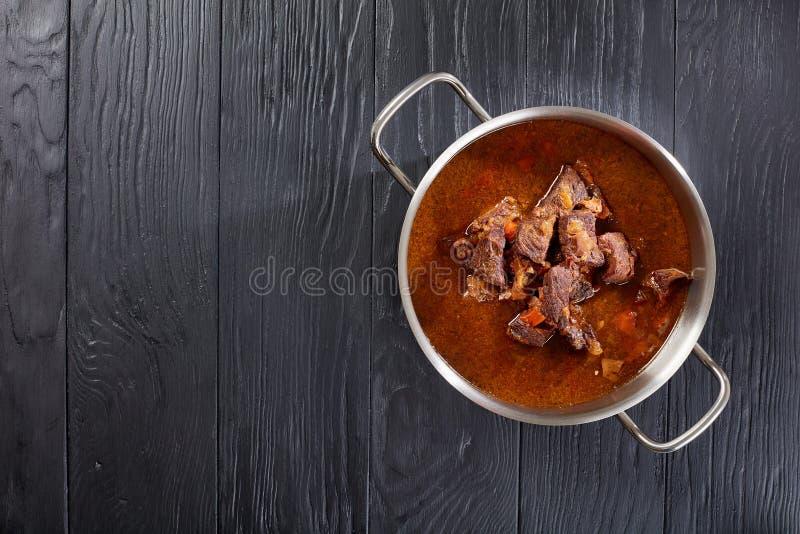 Καυτό τσεχικό goulash βόειου κρέατος στο τηγάνι στοκ εικόνες με δικαίωμα ελεύθερης χρήσης