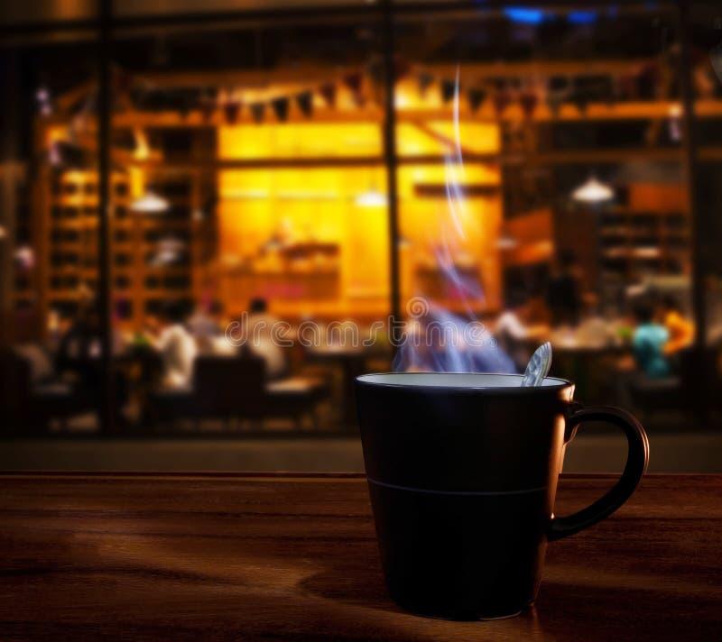 Καυτό φλυτζάνι καφέ στον ξύλινο πίνακα σε χρήση καταστημάτων καφέδων καφέ για τα τρόφιμα στοκ εικόνες με δικαίωμα ελεύθερης χρήσης