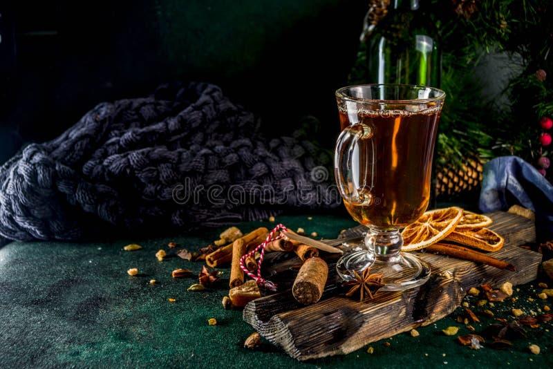 Καυτό χειμερινό ποτό φθινοπώρου στοκ εικόνες