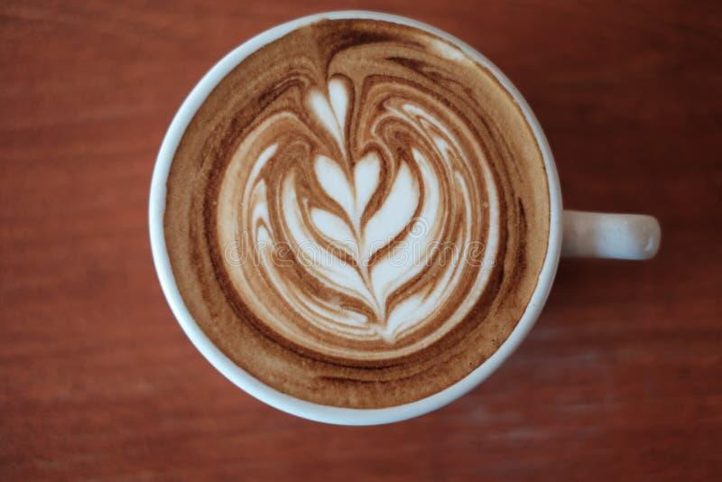 Καυτό latte εστίασης του φλυτζανιού στο ξύλο στοκ φωτογραφίες με δικαίωμα ελεύθερης χρήσης