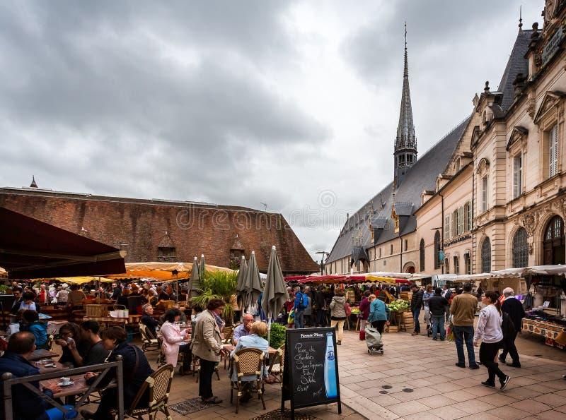Καφέδες οδών και στάβλοι αγοράς στο Beaune, Burgundy, Γαλλία στοκ εικόνες