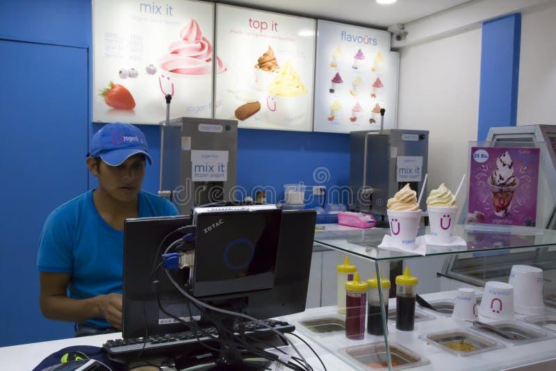 Καφές γρήγορου φαγητού με το παγωτό γιαουρτιού στη Βολιβία στοκ εικόνες