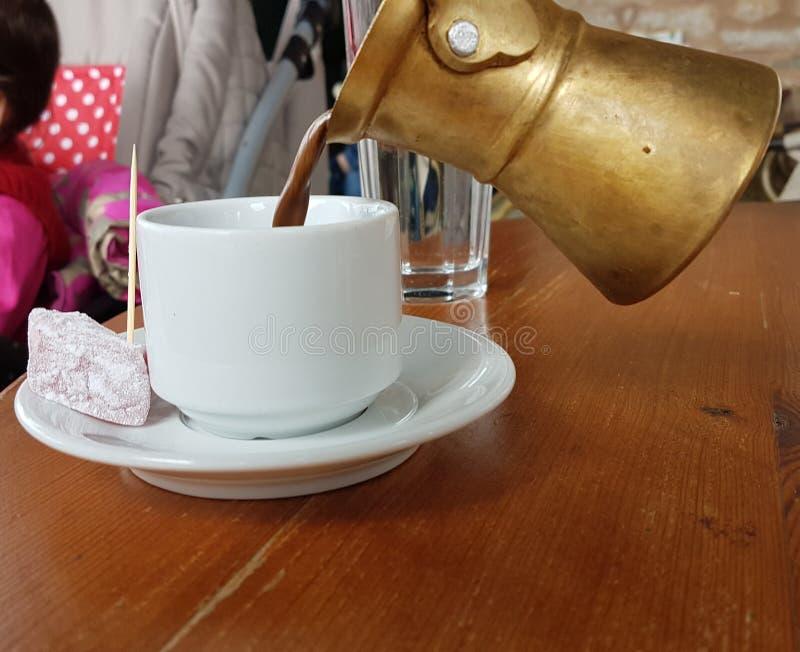 Καφές ελληνικά και έκχυση απόλαυσης καυτή στοκ φωτογραφία με δικαίωμα ελεύθερης χρήσης