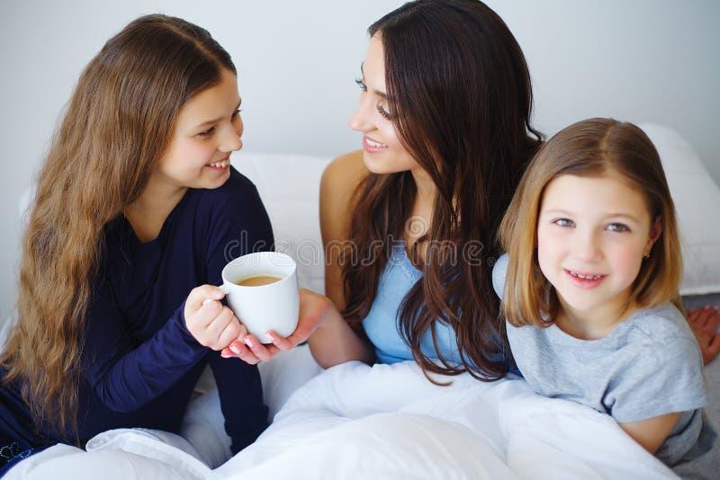 Καφές ημέρας μητέρων ` s στο κρεβάτι στοκ φωτογραφίες