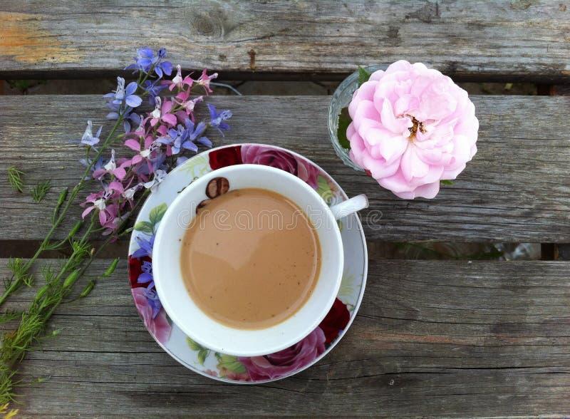 Καφές θερινού πρωινού υπαίθρια στοκ φωτογραφία με δικαίωμα ελεύθερης χρήσης