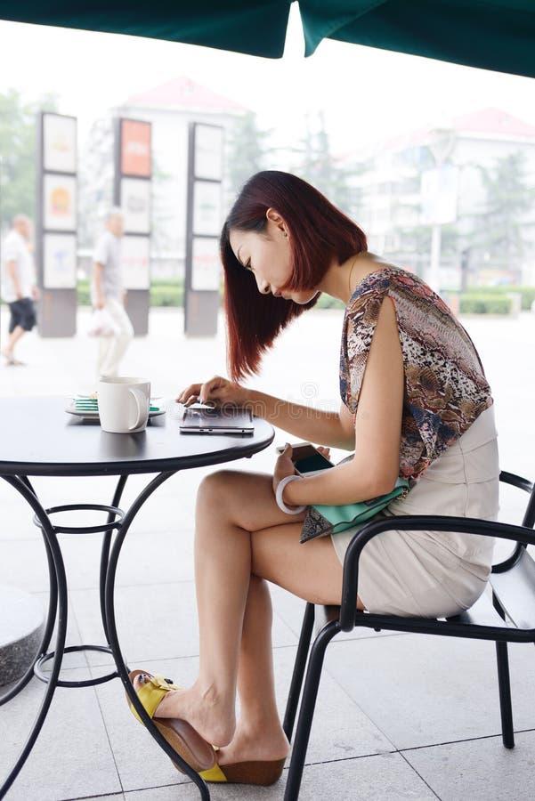 Καφές και ανάγνωση το ταμπλέτα-PC της στοκ φωτογραφίες με δικαίωμα ελεύθερης χρήσης