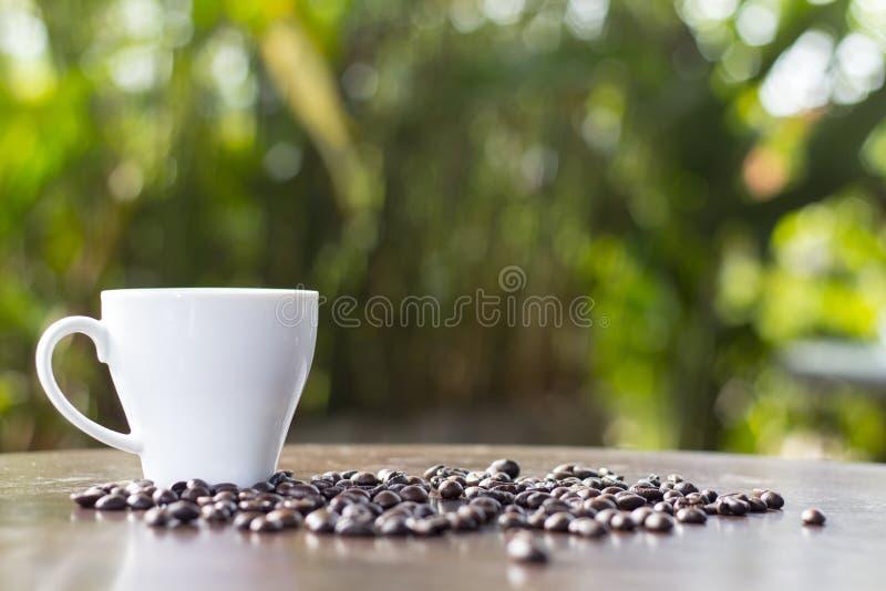 Καφές και γλυκά σε νόστιμο σε ένα ξύλινο πάτωμα στοκ φωτογραφία