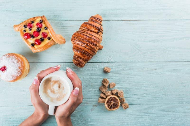 Καφές και κέικ για το πρόγευμα, τοπ άποψη, διάστημα για τη διαφήμιση στοκ φωτογραφία με δικαίωμα ελεύθερης χρήσης