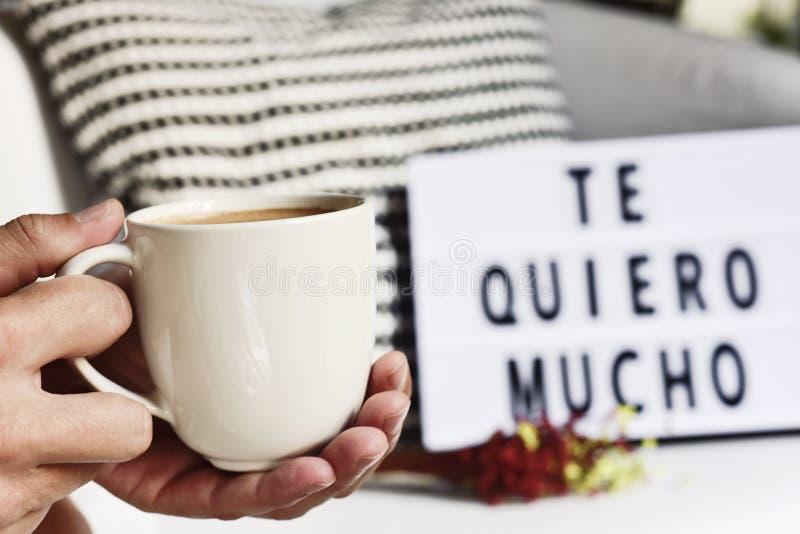 Καφές και κείμενο σ' αγαπώ τόσο μεγάλο μέρος στα ισπανικά στοκ εικόνες με δικαίωμα ελεύθερης χρήσης