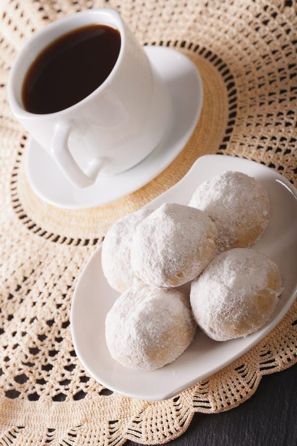 Καφές και μεξικάνικη κινηματογράφηση σε πρώτο πλάνο γαμήλιων μπισκότων σε ένα πιάτο κάθετος στοκ εικόνες