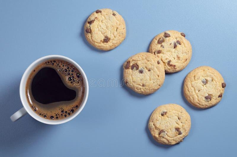 Καφές και μπισκότα με τη σοκολάτα στοκ φωτογραφία με δικαίωμα ελεύθερης χρήσης