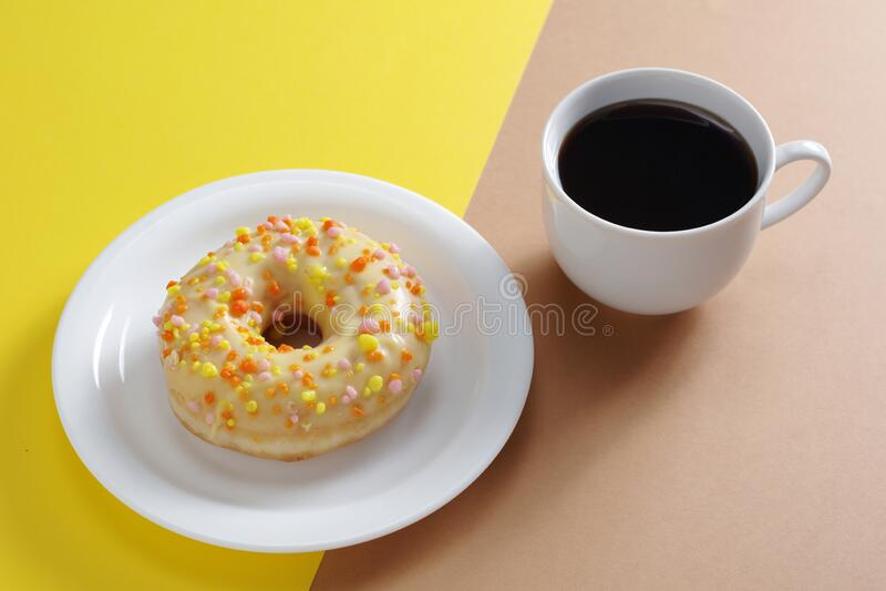 Καφές και ντόνατ στοκ εικόνες με δικαίωμα ελεύθερης χρήσης