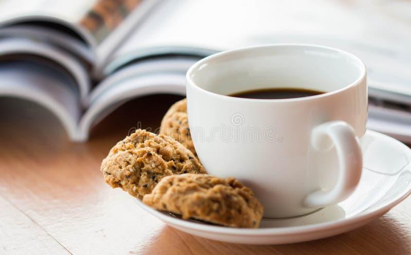 Καφές και περιοδικά στοκ εικόνα