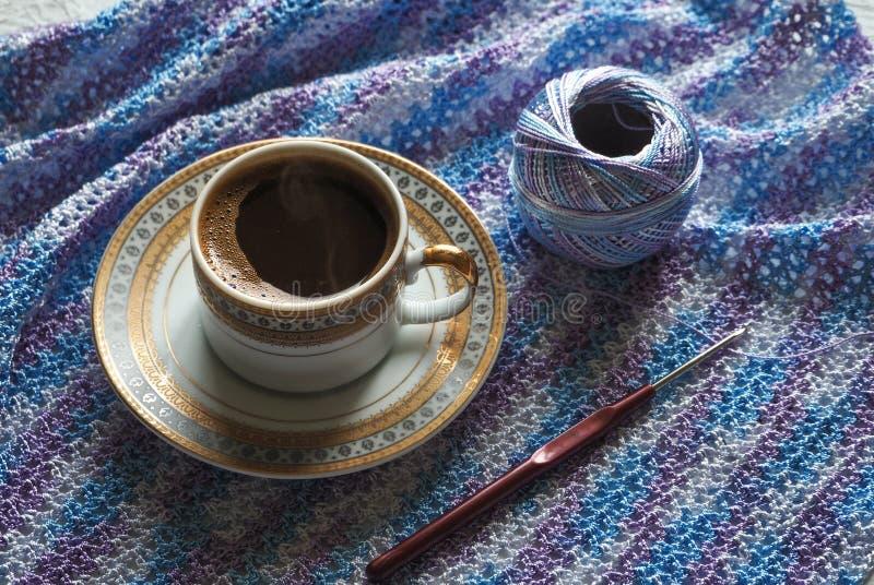 Καφές και πλέξιμο Νήμα Microfiber Η έννοια ενός σπασίματος στην εργασία στοκ εικόνες