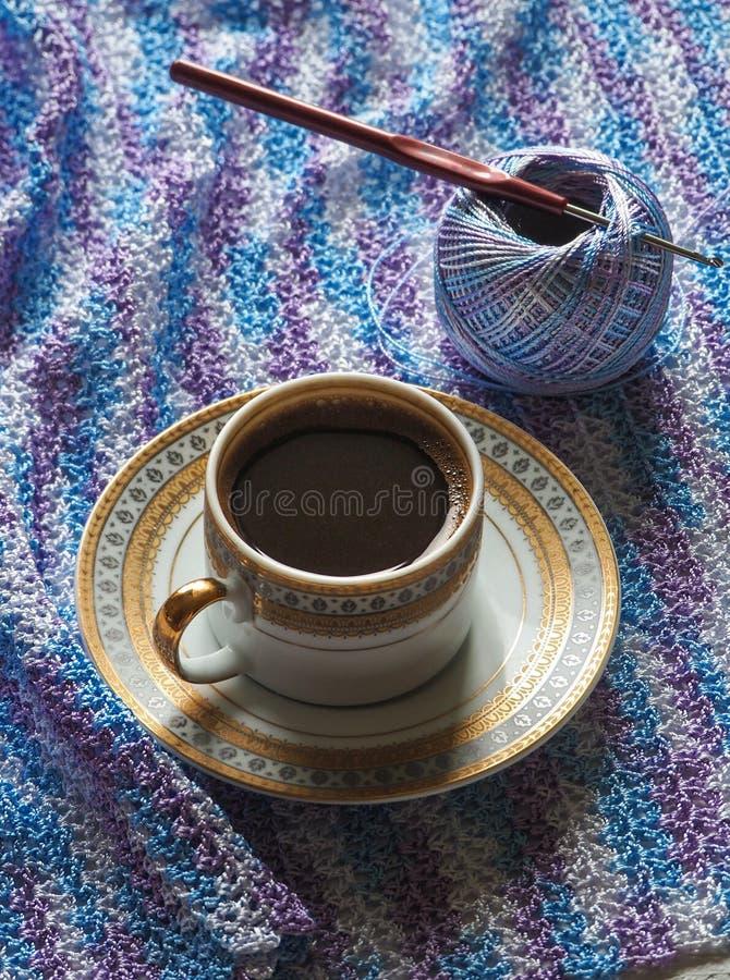Καφές και πλέξιμο Νήμα Microfiber Η έννοια ενός σπασίματος στην εργασία στοκ φωτογραφία