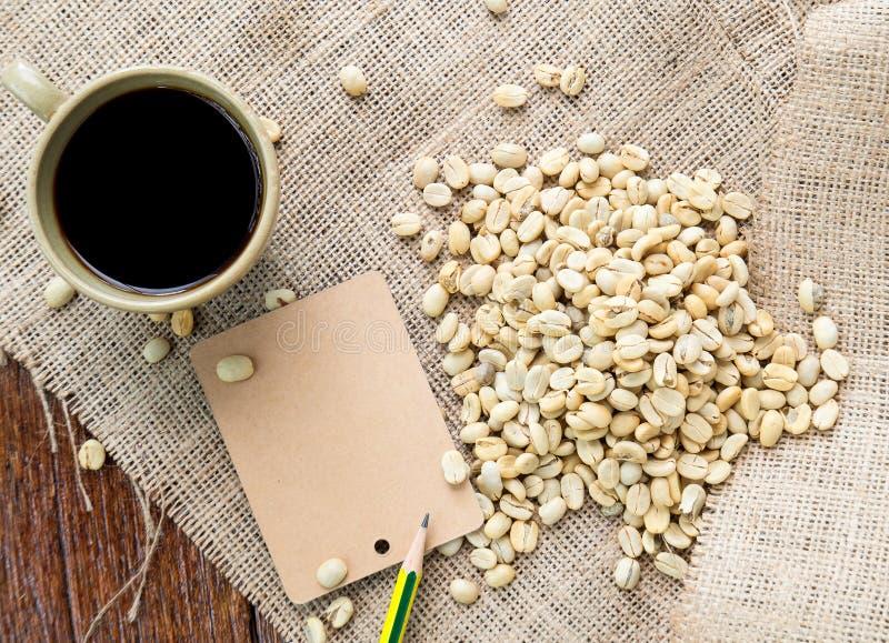 Καφές και φασόλια καφέ με την ετικέτα καφετιού εγγράφου sackcloth στοκ εικόνες με δικαίωμα ελεύθερης χρήσης