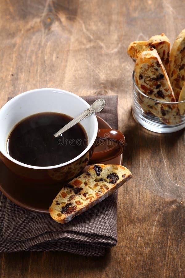 Καφές και biscotti στους πίνακες στοκ εικόνα