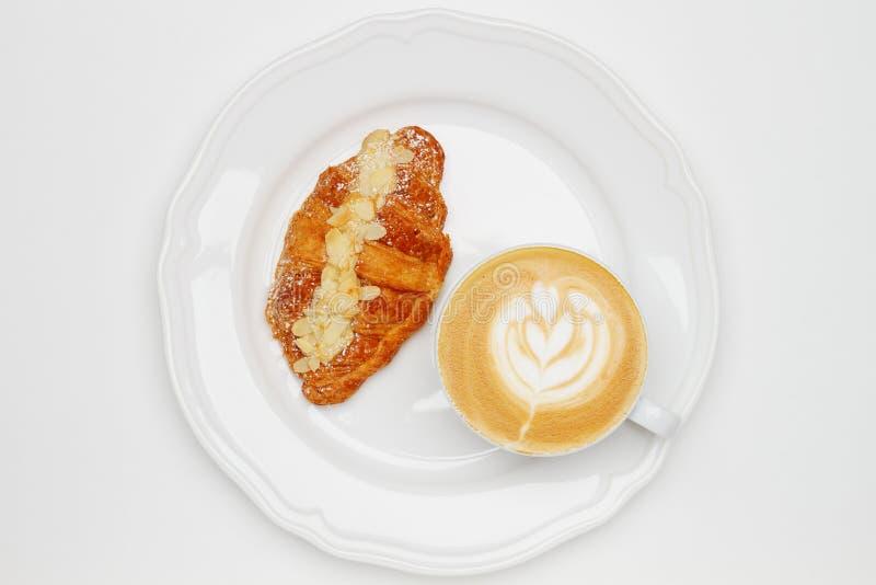 Καφές και croissant στο λευκό στοκ εικόνες