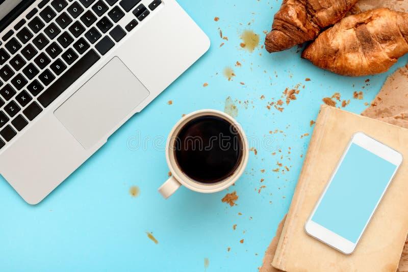 Καφές και croissants για το ακατάστατο πρόγευμα στο επιχειρησιακό γραφείο στοκ φωτογραφίες με δικαίωμα ελεύθερης χρήσης