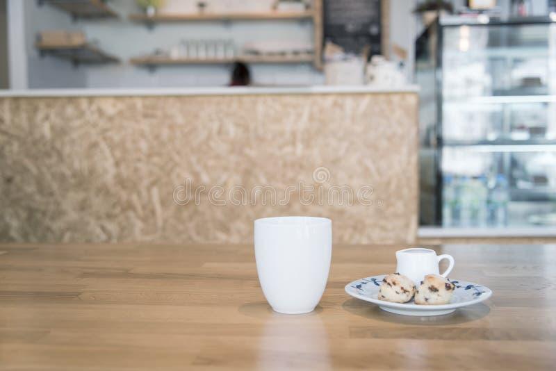 Καφές και scone στον καφέ στο εκλεκτής ποιότητας χρώμα στοκ εικόνες