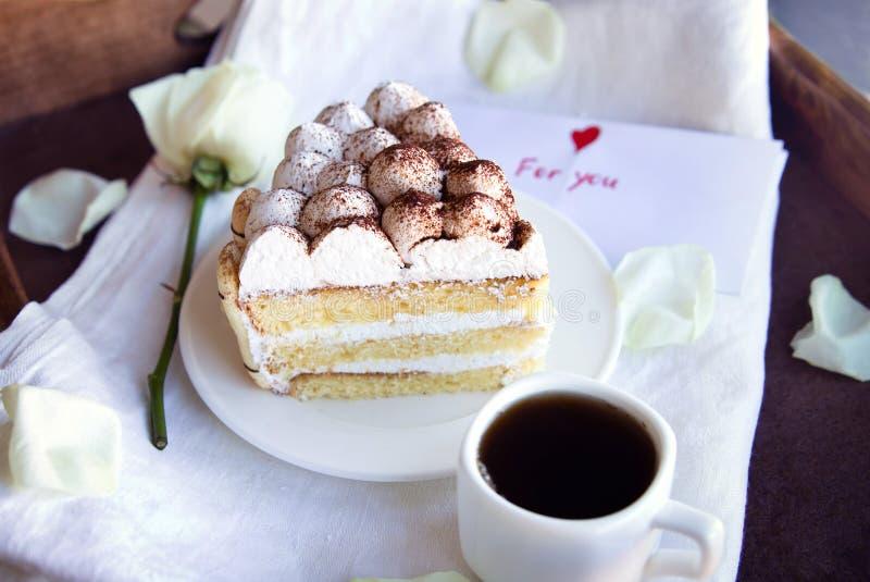 Καφές και tiramisu στο δίσκο στοκ φωτογραφία με δικαίωμα ελεύθερης χρήσης