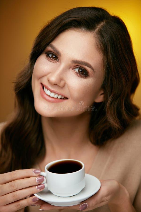 Καφές κατανάλωσης γυναικών Θηλυκό που πίνει το καυτό ποτό στοκ εικόνες