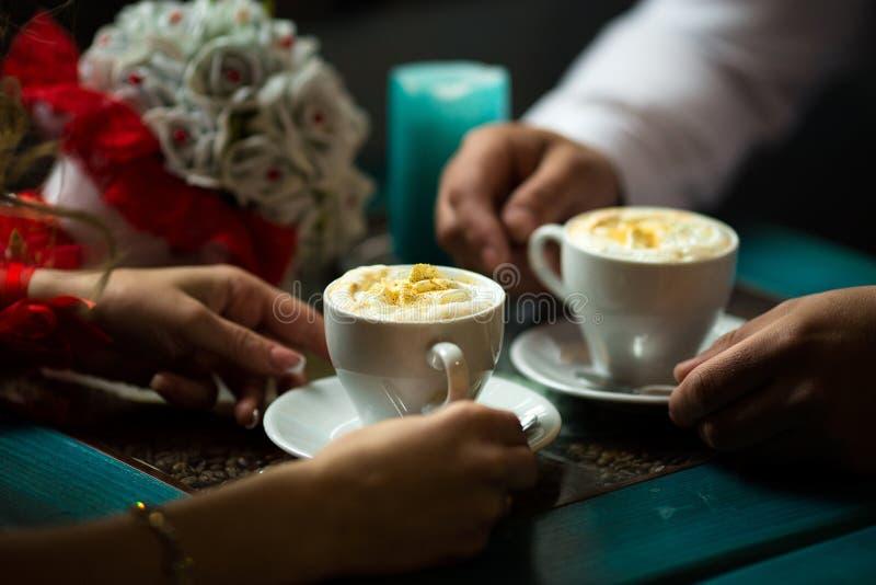 Καφές κατανάλωσης ζεύγους σε έναν καφέ στοκ εικόνες