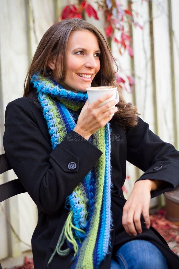 Καφές κατανάλωσης γυναικών στοκ φωτογραφία με δικαίωμα ελεύθερης χρήσης