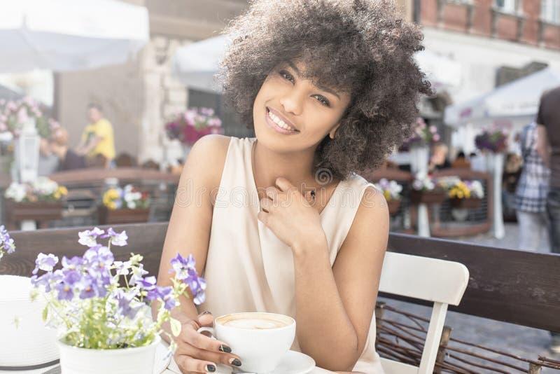 Καφές κατανάλωσης κοριτσιών αφροαμερικάνων στοκ φωτογραφίες με δικαίωμα ελεύθερης χρήσης