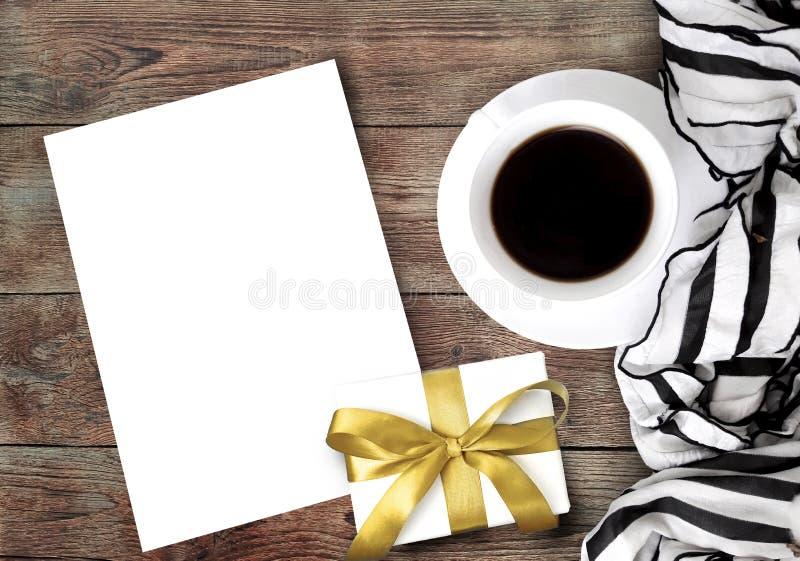 Καφές, μαντίλι, κενό κενό εγγράφου και δώρο ή παρόν κιβώτιο στο ξύλινο υπόβαθρο στοκ φωτογραφία με δικαίωμα ελεύθερης χρήσης