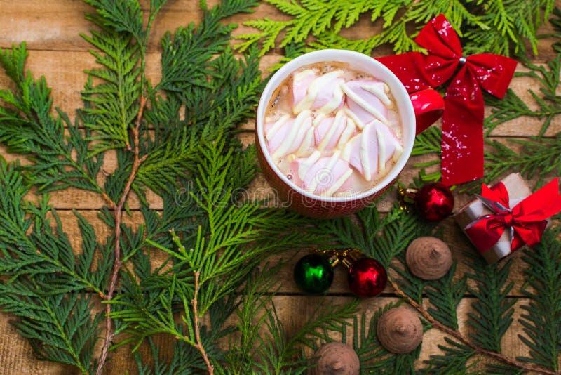 Καφές με ζαχαρωτά στο κόκκινο κύπελλο Χριστούγεννα και νέα χρονιά στοκ φωτογραφία με δικαίωμα ελεύθερης χρήσης