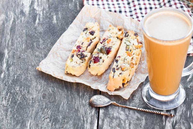 Καφές με το biscotti στον ξύλινο εκλεκτής ποιότητας πίνακα στοκ εικόνα με δικαίωμα ελεύθερης χρήσης