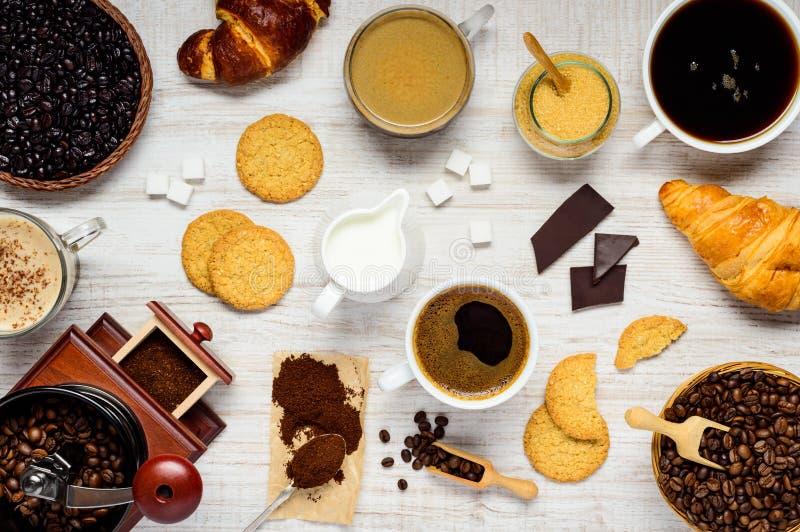 Καφές με Cappuccino, Croissant και τα συστατικά στοκ φωτογραφία
