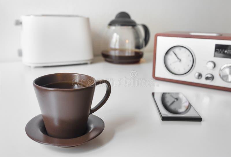 Καφές, ξυπνητήρι και φρυγανιέρα πρωινού στοκ φωτογραφία