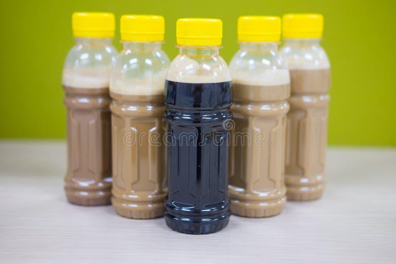 Καφές πάγου latte και μαύρος καφές στα μπουκάλια στοκ εικόνα