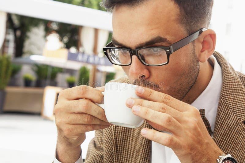 καφές περισσότερος χρόνος Επιτυχής επιχειρηματίας που απολαμβάνει σε ένα φλιτζάνι του καφέ στοκ εικόνα με δικαίωμα ελεύθερης χρήσης