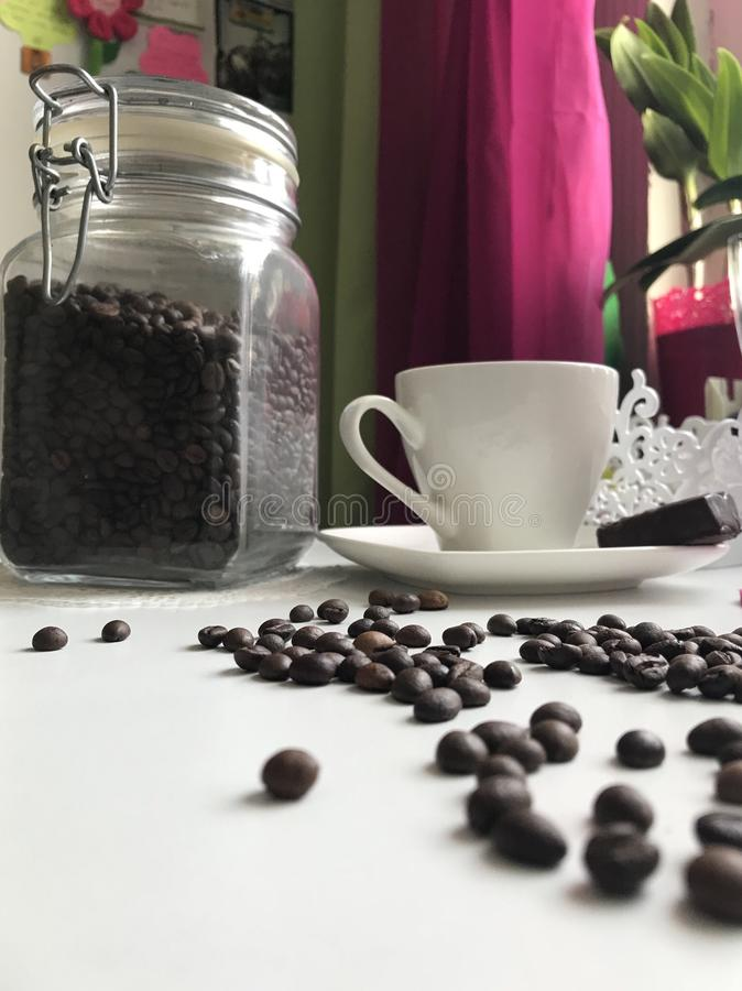 καφές περισσότερος χρόνος Στον πίνακα είναι ένα φλυτζάνι του παρασκευασμένου αρωματικού μαύρου καφέ Δίπλα στο πιατάκι είναι γλυκά στοκ εικόνες