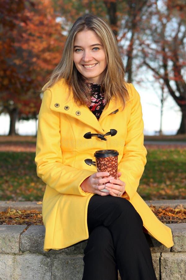 καφές που έχει τη γυναίκα &p στοκ φωτογραφία με δικαίωμα ελεύθερης χρήσης