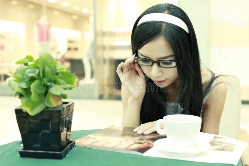 καφές που απολαμβάνει τ&omicro στοκ εικόνα με δικαίωμα ελεύθερης χρήσης