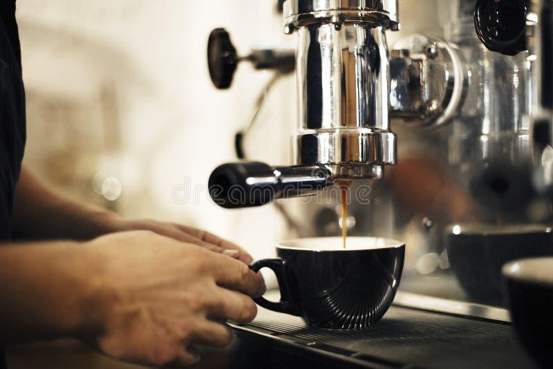 Καφές που κάνει την έννοια Barista επιχειρησιακών καφέδων στοκ φωτογραφία με δικαίωμα ελεύθερης χρήσης