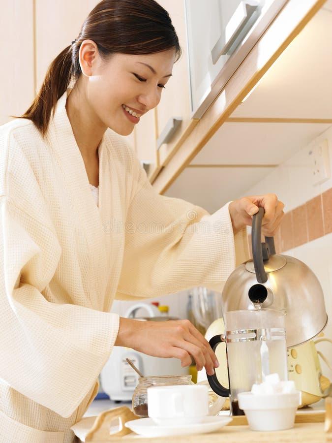 καφές που κάνει τη γυναίκ&alp στοκ φωτογραφία με δικαίωμα ελεύθερης χρήσης