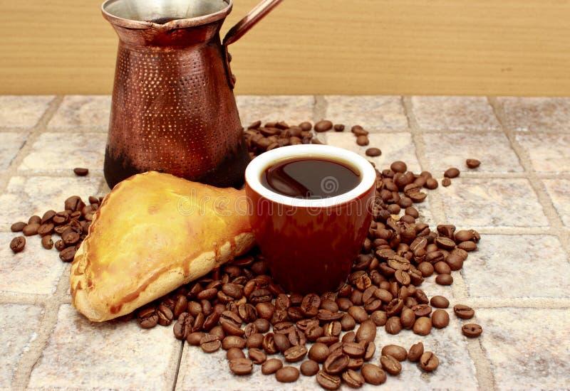 Καφές που μαγειρεύεται σε έναν Τούρκο με patty στοκ εικόνες