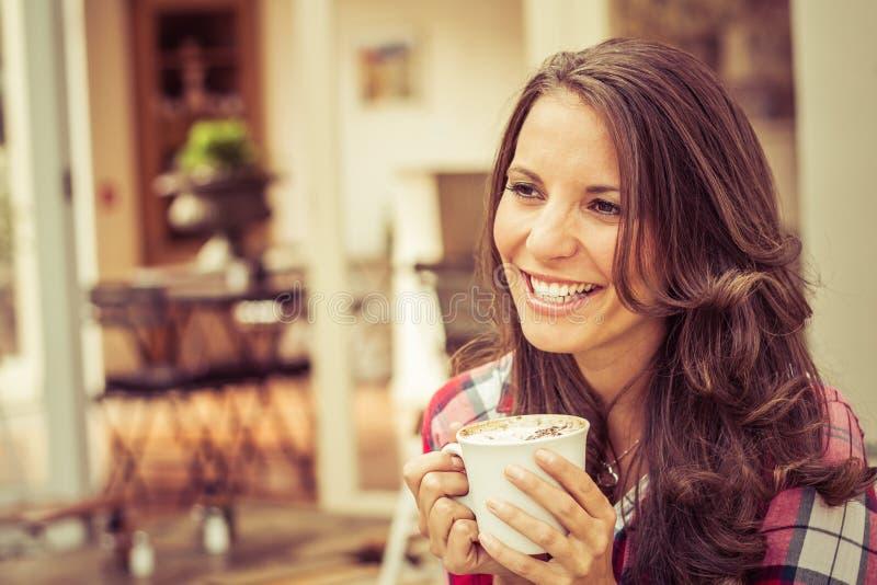 καφές που πίνει την απομονωμένη χαμογελώντας λευκή γυναίκα στοκ εικόνες