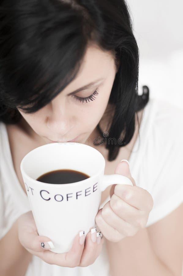 καφές που πίνει το χαλαρωμένο τρόπο στοκ φωτογραφία