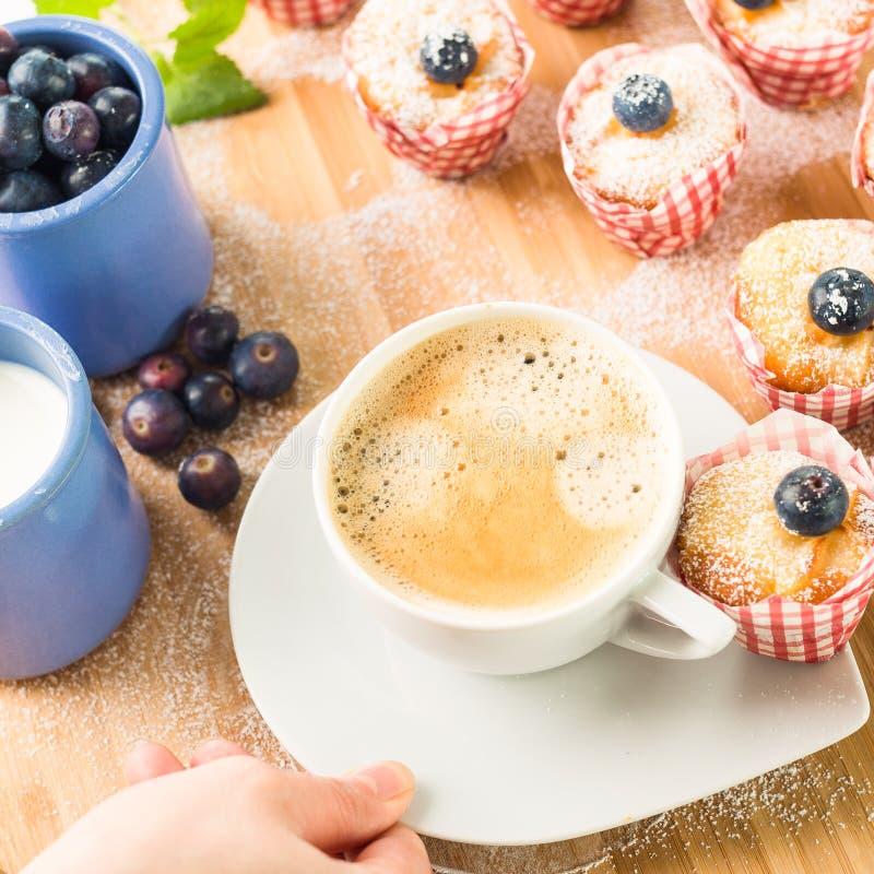 Καφές προγευμάτων με μίνι muffins και τα βακκίνια σε μια ξύλινη στάση στοκ φωτογραφίες με δικαίωμα ελεύθερης χρήσης